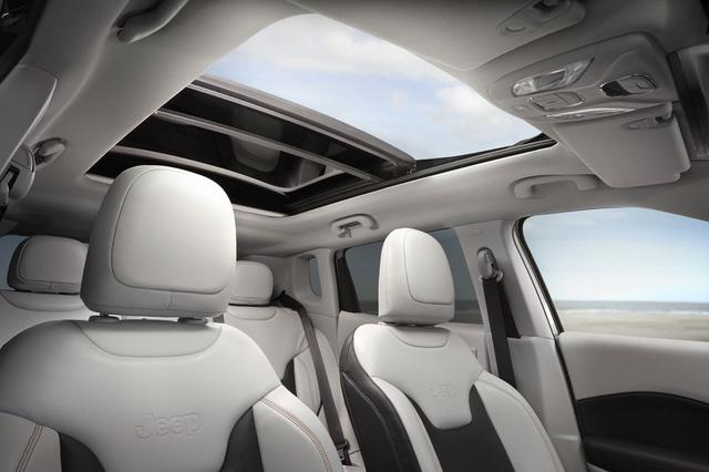 Thêm vào đó là cửa gió điều hòa nằm dọc và cửa sổ trời bằng kính khá rộng. Theo hãng Jeep, cửa sổ trời mang đến nội thất thoáng đãng và tự do như ngoài trời như Compass thế hệ mới.