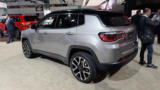 Riêng tại thị trường Mỹ, Jeep Compass 2017 sử dụng động cơ xăng 4 xy-lanh, dung tích 2,4 lít với công suất tối đa 180 mã lực và mô-men xoắn cực đại 175 lb-ft. Động cơ này kết hợp với 3 tùy chọn hộp số khác nhau, bao gồm sàn 6 cấp, tự động 6 cấp và tự động 9 cấp.