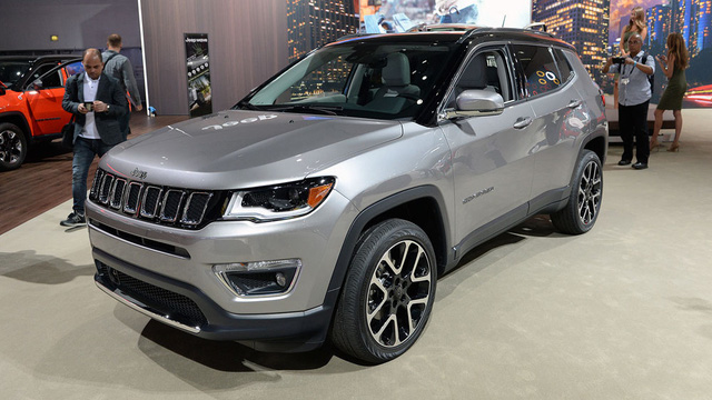 Đúng như hứa hẹn từ trước đó, mẫu SUV cỡ nhỏ Jeep Compass 2017 đã chính thức trình làng trong triển lãm Los Angeles vừa qua. Không chỉ thay thế phiên bản cũ, Jeep Compass thế hệ mới còn làm thay nhiệm vụ của đàn anh Patriot trên thị trường.