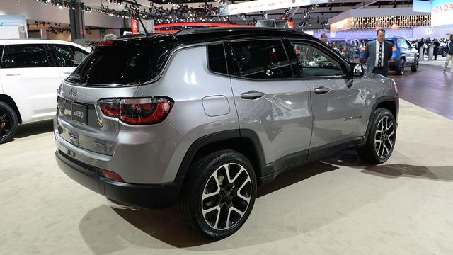 Theo hãng Jeep, Compass 2017 là mẫu SUV cỡ nhỏ toàn cầu thực thụ. Xe sẽ được trang bị 17 tùy chọn động cơ tiết kiệm nhiên liệu khác nhau và khả năng off-road 4x4 hứa hẹn ấn tượng hàng đầu phân khúc để phục vụ khách hàng tại hơn 100 quốc gia trên toàn thế giới.