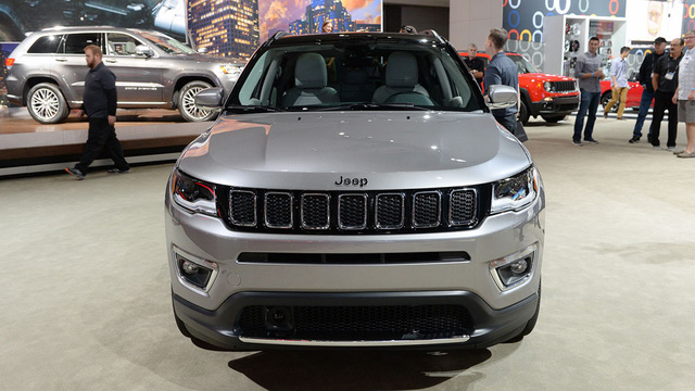 Về thiết kế, Jeep Compass 2017 đã từ bỏ cụm đèn pha 2 tầng gây tranh cãi của Cherokee. Thay vào đó là cụm đèn pha có thiết kế thông thường hơn, giống Jeep Grand Cherokee. Chưa hết, Jeep Compass 2017 còn được trang bị nóc xe màu đen khá ấn tượng.
