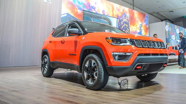 Với những người tìm kiếm bạn đồng hành trong những chuyến off-road, hãng Jeep sẵn sàng phục vụ bằng bản Trailhawk của Compass 2017. So với xe tiêu chuẩn, Jeep Compass Trailhawk 2017 trông hầm hố và rắn rỏi hơn nhờ la-zăng màu đen phối bạc cùng phần đầu cải tiến.