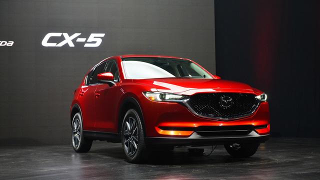 Về thiết kế, Mazda CX-5 2017 rõ ràng chịu ảnh hưởng từ hai người anh em CX-3 và CX-9 mới. Phần đầu xe của Mazda CX-5 được nới rộng hơn 10 mm so với trước, mang đến dáng vẻ bề thế hơn. Ngoài ra, cột A của Mazda CX-5 thế hệ mới đã được đẩy lùi lại khoảng 35 mm.