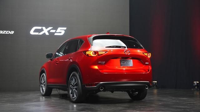 Bước sang thế hệ mới, Mazda CX-5 còn được bổ sung màu sơn ngoại thất đỏ đặc biệt có tên Soul Red Crystal. Màu sơn này bao gồm nhiều lớp trong suốt và phản xạ ánh nắng mặt trời.