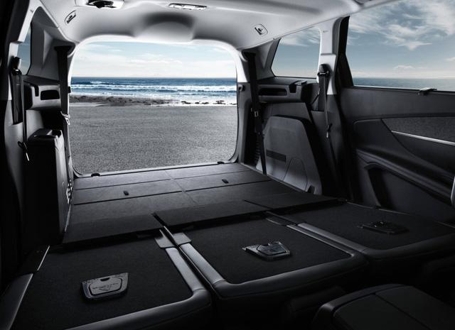 Trong khi đó, hàng ghế thứ hai đủ chỗ cho 2 người ngồi có thể gập phẳng xuống sàn. Thậm chí, người dùng có thể tháo hẳn hàng ghế thứ ba để tạo khoang hành lý 1.060 lít cho Peugeot 5008 2017.