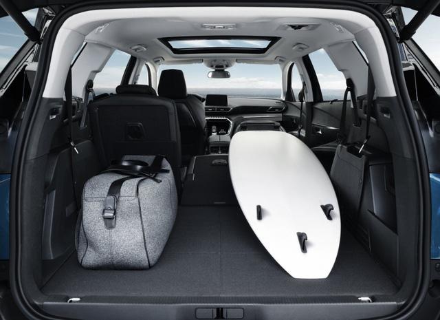 Riêng ghế phụ lái có thể gập về phía trước để chở những hàng hóa dài đến 3,2 mét. Ngoài ra, Peugeot 5008 2017 còn có cửa khoang hành lý mở rảnh tay.