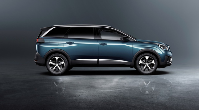 Ngoài ra, so với người anh em 3008 thế hệ mới từng ra mắt vào hồi đầu năm nay, Peugeot 5008 2017 dài hơn 190 mm. Với kích thước kể trên, Peugeot 5008 được gọi là mẫu SUV cỡ C có thể sống bên trong thoải mái nhất.