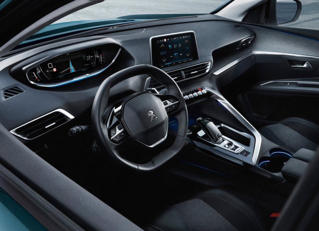 Cách bố trí nội thất của Peugeot 5008 2017 tương tự với 208 và có tên i-Cockpit. Điểm nhấn là vô lăng cỡ nhỏ, màn hình cảm ứng 8 inch và màn hình hiển thị thông tin trên kính chắn gió 12,3 inch.