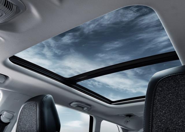 Về an toàn, Peugeot 5008 2017 có hệ thống kiểm soát lực bám, hỗ trợ xuống dốc, phanh khẩn cấp tự động, cảnh báo khoảng cách, hỗ trợ duy trì làn đường thích ứng, cảnh báo buồn ngủ, nhận diện biển báo tốc độ, gợi ý tốc độ, kiểm soát hành trình thích ứng, phát hiện điểm mù, hỗ trợ đỗ xe và camera 360 độ.