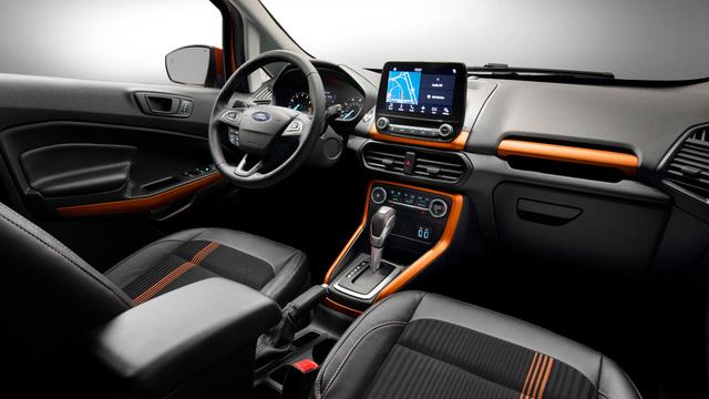 Trong ảnh là nội thất của bản SES với 2 màu đen phối vàng đồng, ghế bọc da và nỉ. Khách mua Ford EcoSport 2018 có thể chọn 1 trong 7 loại đèn viền khác nhau cho nội thất. Bên cạnh đó là 10 tùy chọn màu sơn ngoại thất khác nhau. Cuối cùng là dàn âm thanh B&O PLAY 675 W cao cấp.
