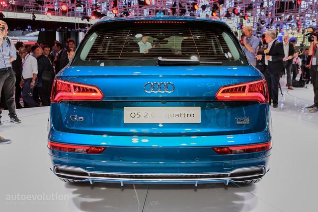 Tùy thuộc vào từng động cơ, Audi Q5 2017 sẽ sử dụng hộp số sàn 6 cấp hoặc S-tronic 7 cấp. Riêng hộp số tự động 8 cấp Tiptronic chỉ dành cho bản cao cấp. Hệ dẫn động 4 bánh toàn thời gian quattro được trang bị tiêu chuẩn cho cả dòng Audi Q5 2017, trừ bản sử dụng động cơ diesel 148 mã lực.