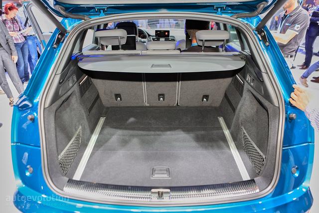 Chưa hết, phần thân vỏ và nóc xe của Audi Q5 2017 được thiết kế kế động học hơn nên giảm hệ số lực cản không khí xuống còn 0,3 Cd. Bên cạnh đó là khoang hành lý có thể tích tăng 10 lít, lên từ 550-610 lít, tùy theo vị trí của hàng ghế sau. Khi gập hàng ghế sau xuống, khoang hành lý được mở rộng ra thành 1.550 lít.