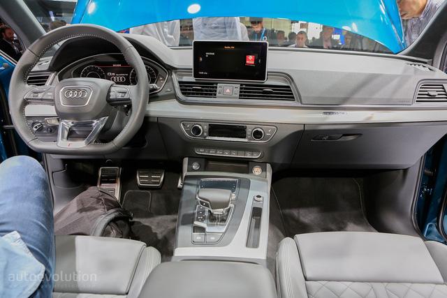 Ngay cả bên trong Audi Q5 thế hệ mới, không gian nội thất cũng gợi liên tưởng đến Q7. Bước vào bên trong Audi Q5 2017, người lái sẽ được chào đón bằng màn hình kỹ thuật số 12,3 inch trên cụm đồng hồ, thay thế cho loại analog truyền thống. Để tránh làm người lái mất tập trung, hãng Audi còn cung cấp màn hình hiển thị thông tin trên kính chắn gió cho Q5 2017.