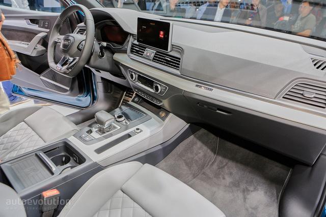 Ngoài ra, còn có màn hình 7.0 inch tiêu chuẩn hoặc 8,3 inch tùy chọn đứng độc lập trên cụm điều khiển trung tâm. Người lái có thể chỉnh các tính năng trên màn hình thông qua núm xoay hoặc touchpad. Những tính năng ấn tượng khác của Audi Q5 thế hệ mới bao gồm hệ thống Wi-Fi, dàn âm thanh Bang&Olufsen cao cấp, máy tính bảng Audi như hệ thống giải trí hàng ghế sau, ứng dụng Apple CarPlay và Android Auto.