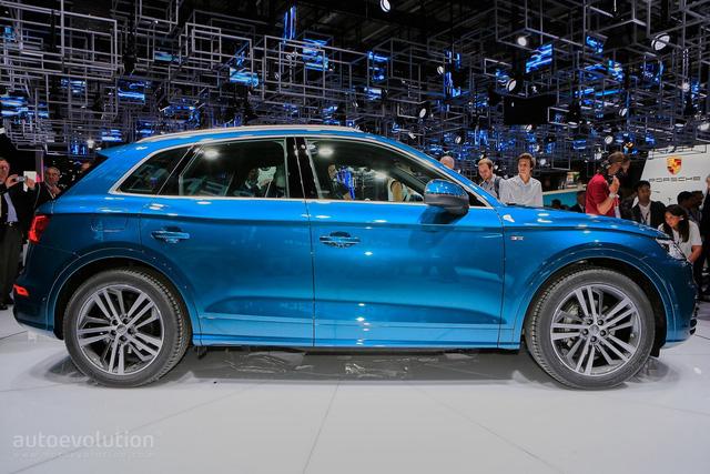 So với phiên bản cũ, Audi Q5 thế hệ mới tăng kích thước đáng kể. Cụ thể, Audi Q5 2017 sở hữu chiều dài tổng thể 4.660 mm, rộng 1.890 mm, cao 1.660 mm và chiều dài cơ sở 2.820 mm. Tuy lớn hơn phiên bản cũ nhưng Audi Q5 2017 lại giảm 90 kg trọng lượng.