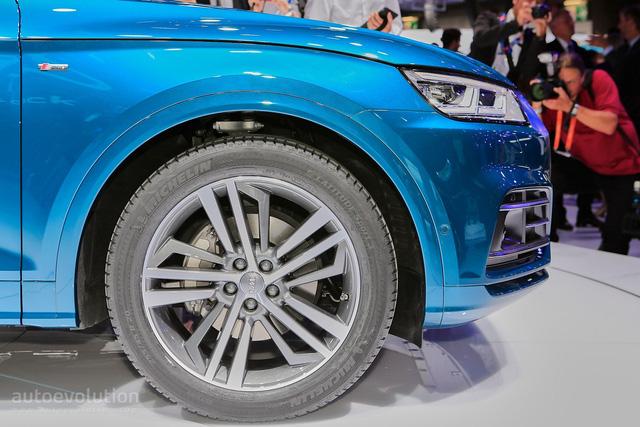 Không có nhiều thứ để nói về thiết kế của Audi Q5 2017. Hãng Audi đã chọn giải pháp an toàn khi áp dụng một số nét thiết kế của Q7 thế hệ thứ hai cho Q5 2017. Bên sườn xe có bộ vành 17 inch tiêu chuẩn hoặc 18 inch tùy chọn.