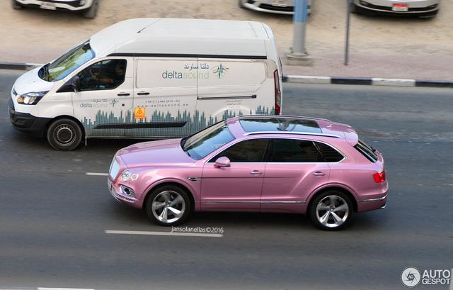 Từ trước đến nay, người ta thường nghĩ những chiếc xe SUV là biểu tượng của sự nam tính, rắn rỏi và khỏe khoắn. Do đó, ít người muốn nữ tính hóa chiếc SUV của mình bằng màu sơn hồng. Ấy vậy là chiếc SUV siêu sang nhanh và mạnh nhất thế giới tính đến thời điểm hiện tại Bentley Bentayga lại khoác bộ cánh hồng điệu đà này.