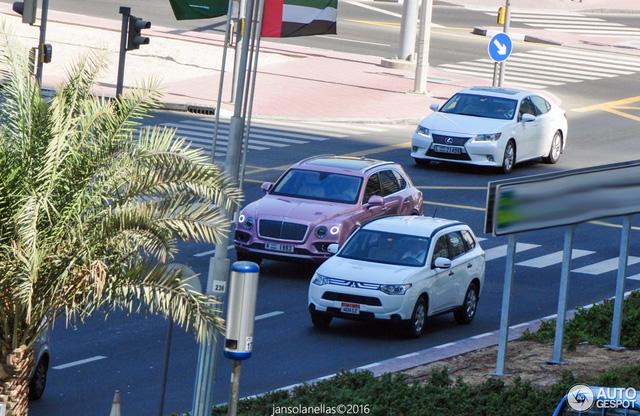 Chiếc Bentley Bentayga màu hồng này đã bị bắt gặp khi đang chạy trên một con đường của Dubai. Dù trên đường phố Dubai không bao giờ thiếu siêu xe hay xe sang nhưng chiếc Bentley Bentayga vẫn lập tức thu hút sự chú ý.
