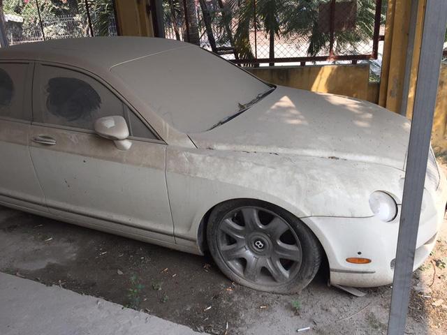 Chiếc Bentley Continental Flying Spur bị phủ bụi dày đặc.