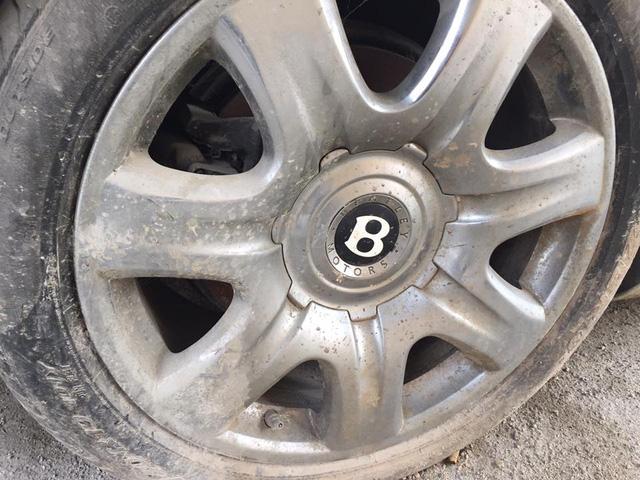 Vành và lốp xe cũng bị bùn đất bám đầy.