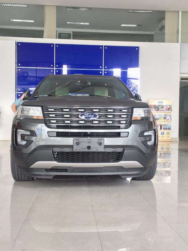 Đầu xe vuông vắn và hao hao Range Rover của Ford Explorer 2017