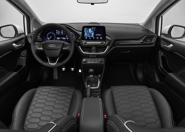 Bên trong Ford Fiesta thế hệ mới có bảng táp-lô mang thiết kế hiện đại hơn trước. Trên bảng táp-lô có màn hình cảm ứng 8 inch, hỗ trợ hệ thống thông tin giải trí SYNC 3, và dàn âm thanh B&O Play tương tự EcoSport 2017.