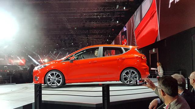 Hình ảnh do hãng Ford tung ra cho thấy Fiesta thế hệ mới có vẻ tăng kích thước so với phiên bản cũ. Tuy nhiên, hãng Ford lại không hề cung cấp thông tin về kích thước mới của Fiesta 2017.