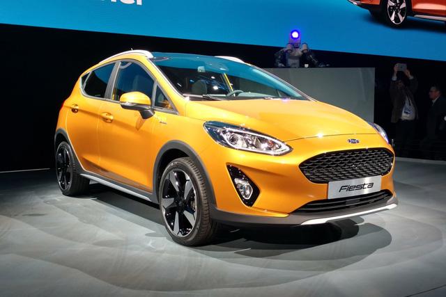 Cuối cùng là bản Fiesta Active 2017 được hãng Ford gọi là crossover với chiều cao gầm tăng lên, nẹp sườn bằng nhựa, tấm ốp gầm màu bạc, cánh lướt gió bên sườn, gá chằng đồ trên nóc và lưới tản nhiệt riêng.