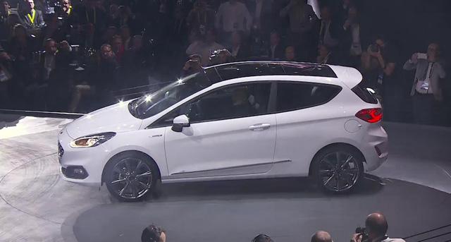 Chỉ thấy rõ ràng Ford Fiesta 2017 được trang bị cửa sổ trời bằng kính cỡ lớn trên nóc.