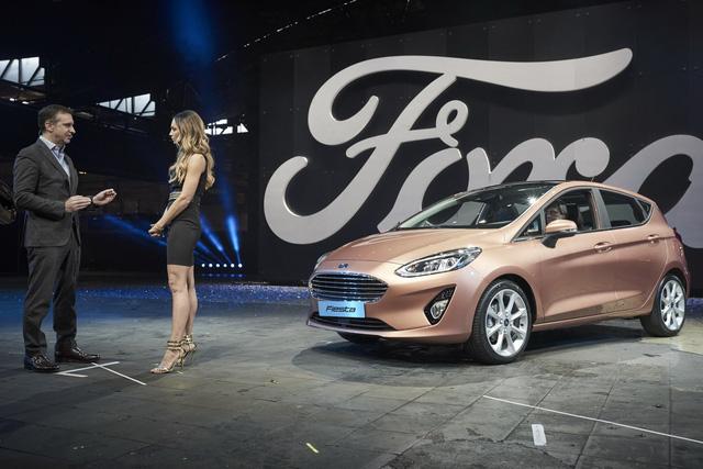 Về thiết kế, Ford Fiesta 2017 vẫn giữ nguyên kiểu dáng tổng thể quen thuộc như trước. Trong khi đó, những chi tiết nhỏ lẻ như đèn pha tích hợp dải đèn LED định vị ban ngày lại được cải tiến đển mang đến diện mạo mềm mại hơn cho Ford Fiesta 2017.