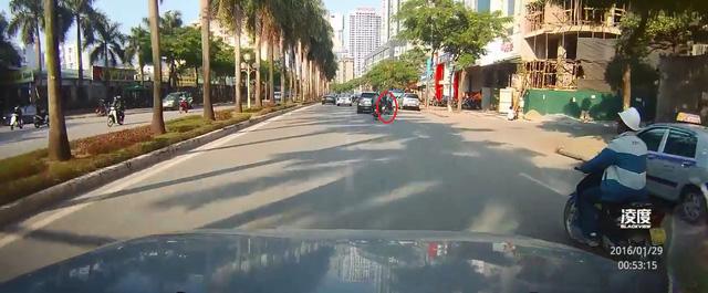 Chiếc Mazda CX-5 đánh lái sang phải, va vào xe máy. Ảnh cắt từ video