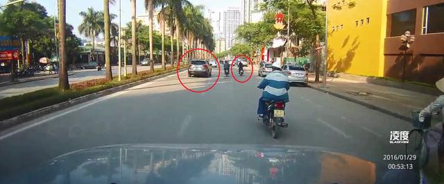 Chiếc Mazda CX-5 chạy cùng chiều với xe máy trên đường Lê Đức Thọ trước khi vụ tai nạn xảy ra. Ảnh cắt từ video