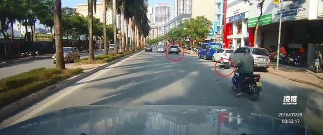 Người điều khiển xe máy nằm trên đường trong khi Mazda CX-5 bỏ đi như không có chuyện gì xảy ra. Ảnh cắt từ video