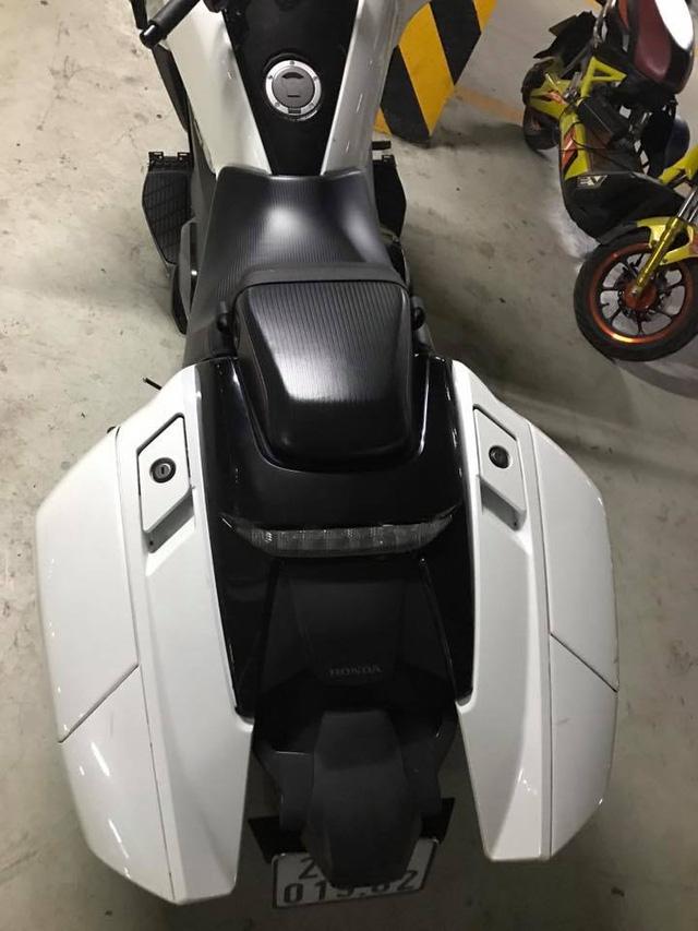 Chiếc Honda NM4 đi kèm 2 hộp cứng đựng đồ bên hông. Ảnh: Hoang Manh Cuong