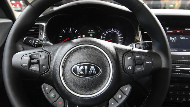Điểm thay đổi quan trọng nhất trong nội thất màu đen hoặc be của Kia Carens 2017 là hệ thống thông tin giải trí nâng cấp, đi kèm màn hình 7 hoặc 8 inch. Dù với màn hình nào, hệ thống thông tin giải trí cũng tương thích với ứng dụng Android Auto và Apple CarPlay để kết nối điện thoại thông minh.