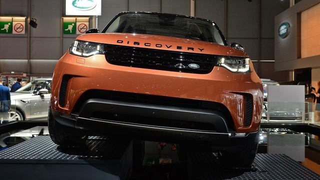 Về thiết kế, Land Rover Discovery 2018 vẫn thừa kế một số nét đặc trưng của 27 năm qua như trần xe dạng bậc cao thấp độc đáo, mang đến không gian rộng hơn cho hành khách ngồi trên hàng ghế thứ 3. Bên cạnh đó, Land Rover Discovery 2018 còn thừa hưởng một số nét thiết kế của người anh em Evoque.