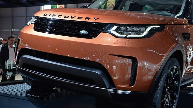 Khi có mặt trên thị trường, Land Rover Discovery 2018 đi kèm không dưới 17 màu sơn ngoại thất như cam, bạc, trắng, đen, xám, xanh dương, xanh lục và đỏ. Dự kiến, Land Rover Discovery 2018 sẽ bắt đầu được bày bán tại thị trường Mỹ vào giữa năm sau với giá khởi điểm 49.990 USD, tương đương 1,1 tỷ Đồng.