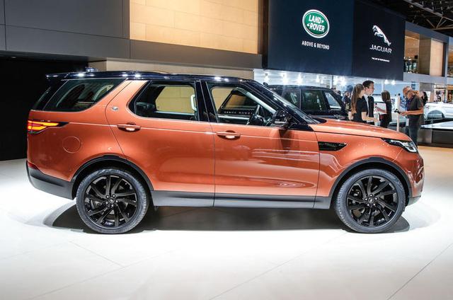 Discovery 2018 đã xuất hiện tại triển lãm Paris 2016 như mẫu xe quan trọng nhất của hãng Land Rover trong vài năm trở lại đây. Điều này không lạ khi cứ 8 chiếc Land Rover bán ra thì có 1 xe Discovery. Trong suốt 27 năm qua, đã có tổng cộng 1,2 triệu chiếc Discovery đến tay khách hàng thế giới.