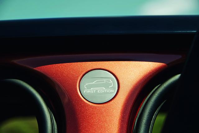Ban đầu, hãng Land Rover chỉ bán 600 chiếc Discovery 2018 thuộc phiên bản First Edition đặc biệt tại thị trường Anh và 529 chiếc cho Mỹ. So với phiên bản tiêu chuẩn, Land Rover Discovery First Edition có một số đặc điểm riêng như bản đồ khắc axít trên bảng nhôm ở cửa và đầu xe. Tiếp đến là biển tên và màu sơn riêng.