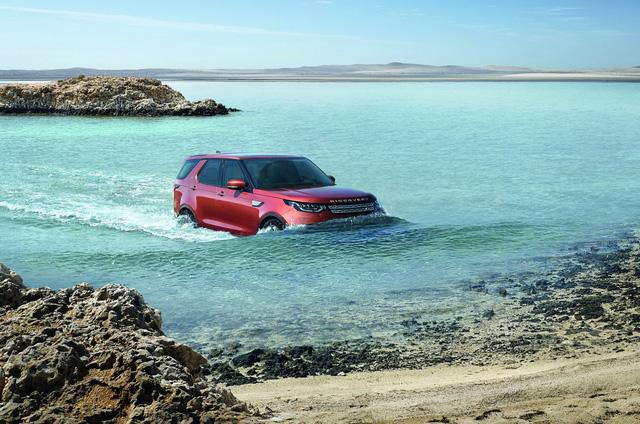 Chưa hết, Land Rover Discovery 2018 còn sở hữu chiều cao gầm 283 mm và khả năng lội nước sâu 900 mm ấn tượng. Với những khu vực thường xuyên bị ngập nước như Hà Nội hay Sài Gòn, Land Rover Discovery 2018 có lẽ là lựa chọn hợp lý.