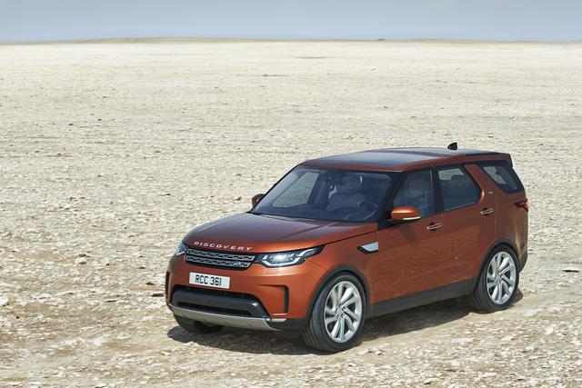 Cuối cùng thì hãng Land Rover đã chính thức công bố thông tin và hình ảnh của mẫu SUV hạng sang cỡ lớn 7 chỗ, 3 hàng ghế Discovery hoàn toàn mới. Theo hãng Land Rover, Discovery thế hệ mới ra đời để mang đến cảm giác thoải mái, an toàn và khả năng thích ứng không giống bất kỳ mẫu SUV nào khác hiện có trên thị trường. Thậm chí, hãng Land Rover còn tự tin gọi Discovery thế hệ thứ 5 là mẫu SUV gia đình tốt nhất thế giới.