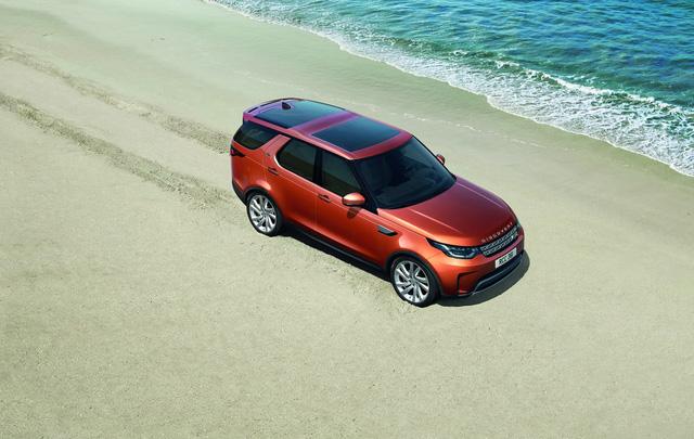 Về thiết kế, Land Rover Discovery 2018 vẫn thừa kế một số nét đặc trưng của 27 năm qua như trần xe dạng bậc cao thấp độc đáo. Ngoài ra, Land Rover Discovery thế hệ mới còn có thiết kế gợi liên tưởng đến Discovery Vision Concept từng trình làng trong triển lãm New York 2014.