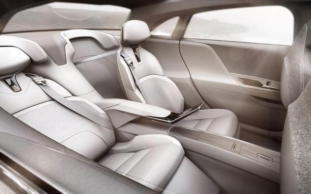 Bên trong Lucid Air có ghế sau bọc da màu trắng và ngửa tùy ý, được vây quanh bằng kính.
