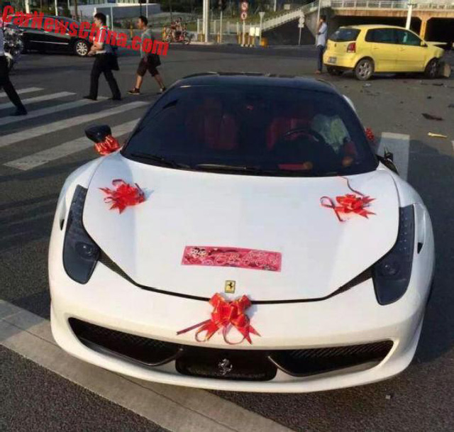 Siêu xe Ferrari 458 Italia đi đón dâu bị đâm ngang sườn, hư hỏng nặng - Ảnh 1.