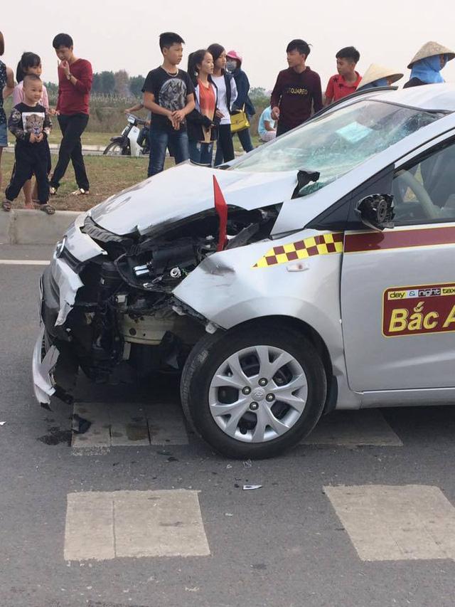 Chiếc taxi của hãng Bắc Á bị hư hỏng nặng trong vụ tai nạn. Ảnh: Otofun