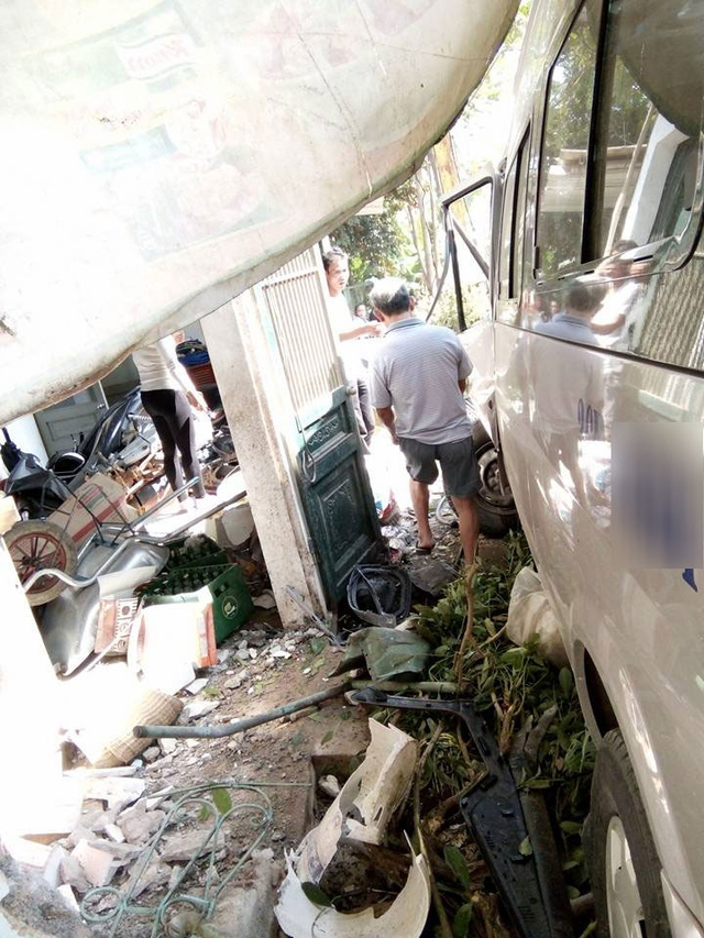 Ford Transit đâm vào nhà dân bên đường.