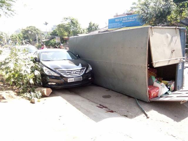 Chiếc Hyundai Sonata đỗ bên đường bị thùng xe tải đập trúng.