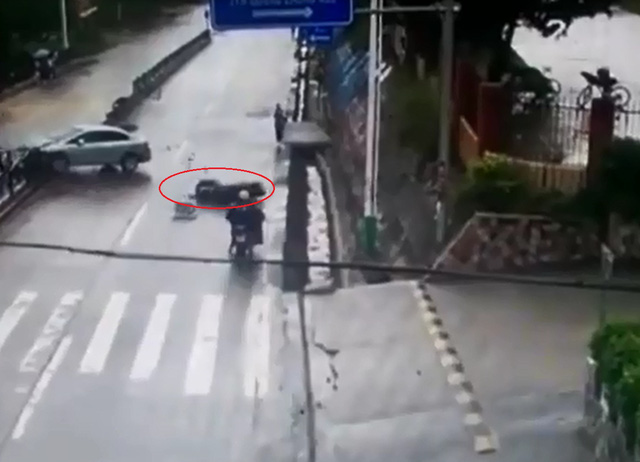 Mảnh vỡ từ chiếc ô tô con văng ra, trúng người đi xe máy. Ảnh cắt từ video