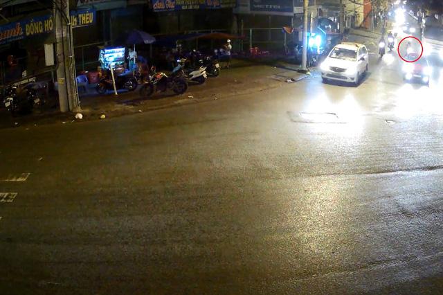 Nam thanh niên điều khiển xe máy chạy cùng chiều với xe bồn. Ảnh cắt từ video