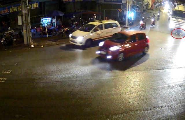 Chiếc xe máy và nam thanh niên bị xe bồn cuốn vào gầm. Ảnh cắt từ video